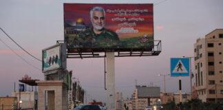 Plakat an der Gaza-Promenade mit einem Bild von Qasem Soleimani, iranischer Generalmajor der Islamischen Revolutionsgarde, der bei einem gezielten US-Drohnenangriff am 3. Januar 2020 in Bagdad ermordet wurde. Gaza, 29. Dezember 2020. Foto Majdi Fathi/TPS