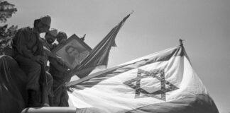 Siegreiche israelische Soldaten sitzen auf einem Lkw und präsentieren ein Bild von Gamal Abdel Nasser, ägyptischer Staatspräsident, der mit der Sperrung der Strasse von Tiran den Sechs-Tage-Krieg ausgelöst hatte. ca. 14.06.1967. Foto IMAGO / Sven Simon