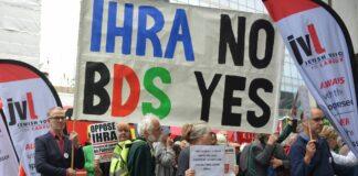 """Aktivisten der sozialdemokratischen Labour-Partei in England demonstrieren vor der Zentrale die gegen Antisemitismus-Definition der """"International Holocaust Remembrance Alliance"""" (IHRA). Foto IMAGO / i Images"""