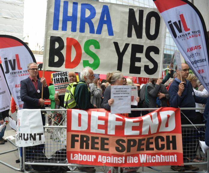 Aktivisten der sozialdemokratischen Labour-Partei in England demonstrieren vor der Zentrale die gegen Antisemitismus-Definition der