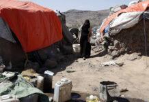 Una donna yemenita sfollata cammina vicino al suo rifugio nel campo di Dharawan vicino a Sanaa, Yemen. Foto IMAGO / Xinhua