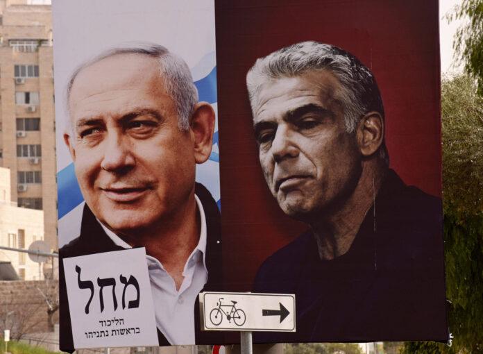 Ein Wahlplakat für die Likud-Partei mit ihrem Vorsitzenden Ministerpräsident Benjamin Netanyahu (L) und Oppositionsführer von Yesh Atid, Yair Lapid (R). Foto IMAGO / UPI Photo