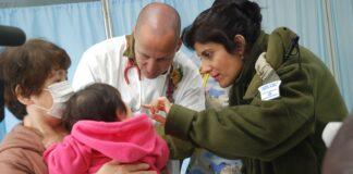 Ein 11 Monate altes Baby, das nach der Tsunami-Katastrophe obdachlos geworden war, kam in Begleitung seiner Grossmutter in die medizinische Klinik der IDF-Delegation in Minamisanriku, Japan. Foto Israel Defense Forces, CC BY-SA 2.0, https://commons.wikimedia.org/w/index.php?curid=34369918