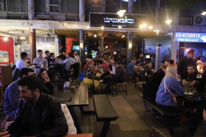 Eine Bar in der Stadt Givatayim, nachdem Israel infolge Verbesserung der Coronavirus-Pandemie-Situation seine Wirtschaft fast vollständig wieder geöffnet hat. Givatayim, 15. März 2021. Foto Eitan Elhadez-Barak/TPS