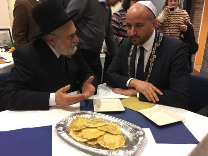 Rabbiner Jacobs und Bürgermeister Marcouch, aufgenommen in der Synagoge von Arnheim. Foto Rabbiner Jacobs