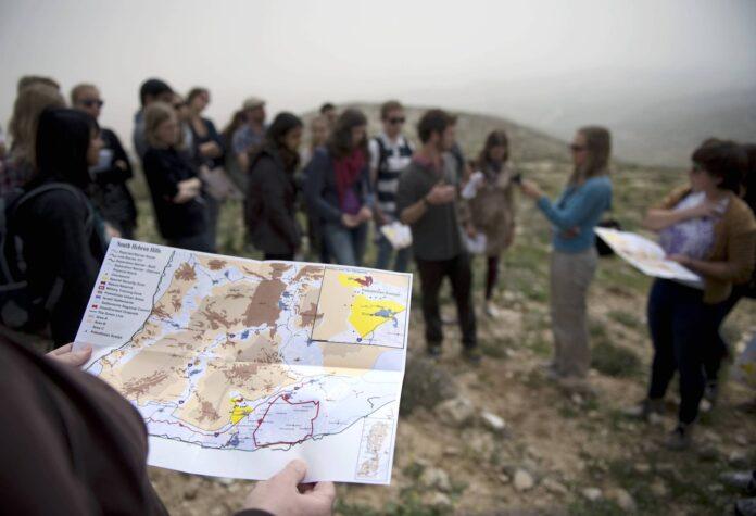Journalisten und andere Teilnehmer einer Tour organisiert durch Breaking the Silence in Israel. Foto IMAGO / IPON