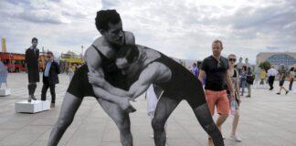 """Ringer und Gewichtheber Julius und Hermann Baruch. Aus Anlass der European Maccabi Games wurde 2015 in Berlin vor dem Hauptbahnhof die Ausstellung """"Zwischen Erfolg und Verfolgung"""" gezeigt. Foto IMAGO / Ulli Winkler"""