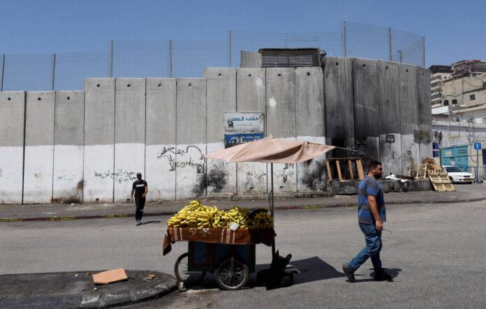 Ein Palästinenser verkauft Bananen neben der Sicherheitsmauer in Shurafat bei Jerusalem, am Montag, 31. August 2020. Foto IMAGO / UPI Photo