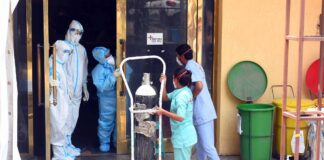 Eine Sauerstoffflasche wird am 28. April 2021 in Neu-Delhi, Indien, in das provisorische Covid-19-Pflegezentrum gebracht, das dem LNJP-Krankenhaus angeschlossen ist. Foto IMAGO / Hindustan Times