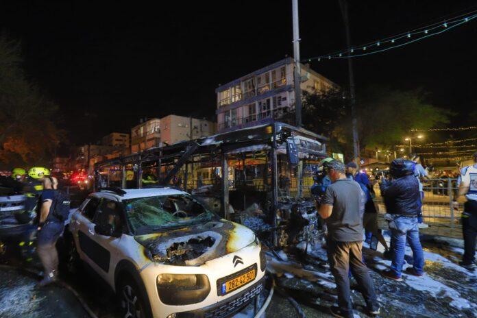 Verbrannter Bus auf der Hauptstraße in der Stadt Holon in Zentralisrael, nachdem er von Raketenbeschuss aus dem Gazastreifen getroffen wurde. Holon, 11. Mai 2021. Foto Eitan Elhadez-Barak/TPS