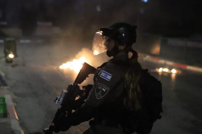 Israelischer Grenzschutz in der Stadt Lod während gewalttätiger Ausschreitungen der arabischen Bewohner. Lod, 12. Mai 2021. Foto Eitan Elhadez-Barak/TPS