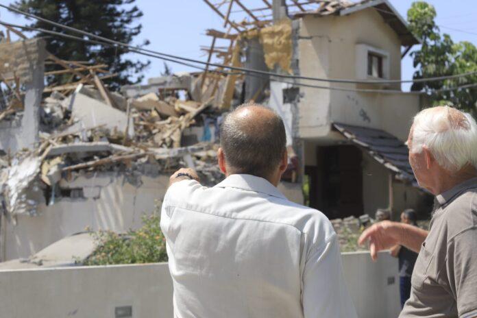Direkteinschlag auf ein Haus in Yehud in Zentralisrael, während eines massiven Raketenangriffs aus dem Gazastreifen auf Israel. Yehud, 12. Mai 2021. Foto Eitan Elhadez-Barak/TPS