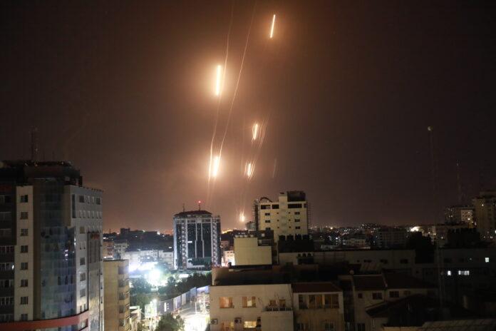 Raketen werden vom Gazastreifen aus von Hamas und dem Islamischen Dschihad in Richtung Israel abgefeuert. Gaza, 12. Mai 2021. Foto Majdi Fathi/TPS