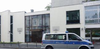 Polizeifahrzeug vor einer Synagoge in Bonn. Symbolbild. Foto IMAGO / Steinach