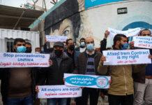 Palästinensische Lehrer an einem Protest vor dem Hauptsitz des Hilfswerks der Vereinten Nationen (UNRWA) in Gaza-Stadt am 11. April 2021 teil. Die Lehrkräfte forderten UNRWA auf, die palästinensischen Lehrpläne zu respektieren, insbesondere die nationalen und islamischen Fächer, und sie als grundlegend zu betrachten. Foto IMAGO / ZUMA Wire