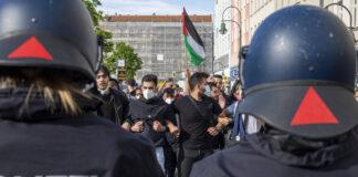 Berlin, Neukölln am 09.05.2021: Demonstrierende stehen gegenüber der Bereitschaftspolizei. Foto IMAGO / Achille Abboud