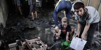 Lod, Israel: Jüdische Jugendliche räumen in einer niedergebrannten Synagoge auf und bergen religiöse Gegenstände. Foto IMAGO / ZUMA Wire