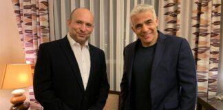 Der mutmassliche neue Ministerpräsident Naftali Bennett und Yesh Atid-Führer Yair Lapid im Kfar Maccabiah Hotel in Ramat Gan, nachdem sie die Bildung einer neuen Koalition bekannt gegeben haben, am 3. Juni 2021. Foto Jesch Atid