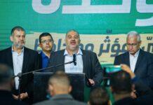 Ra'am-Parteichef Mansour Abbas und Parteimitglieder in der Parteizentrale in Tamra, am Wahlabend, 23. März 2021. Foto FLASH90
