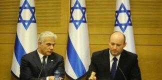 Naftali Bennett (R), Israels neuer Ministerpräsident und Yair Lapid (L), stellvertretender Ministerpräsident und Aussenminister, nach der Vereidigungszeremonie der 36. israelischen Regierung. Jerusalem, 13. Juni 2021. Foto Shalev Shalom/TPS
