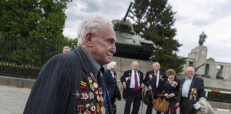 Der verstorbene ukrainische Kriegsveteran David Dushman während einer Gedenkveranstaltung der Ukraine am 08.05.2015 am sowjetischen Ehrenmal auf der Strasse des 17. Juni in Berlin vor einem Gedenkstein mit einem russischen Panzer. Foto IMAGO / Markus Heine