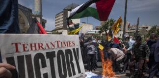 Als Reaktion auf die Waffenruhe zwischen Israel und den Palästinensern verbrennen iranische Demonstranten im Iran die Flaggen der USA und Israels auf dem Palästina-Platz im Zentrum von Teheran, am 22. Mai 2021. Foto IMAGO / NurPhoto