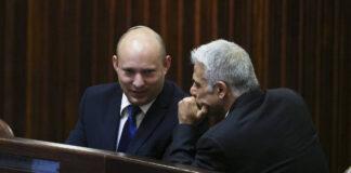 Der Parteivorsitzende der Jamina, Naftali Bennett (L) spricht mit dem Parteivorsitzenden der Yesh Atid, Yair Lapid, während einer Sondersitzung der Knesset. Foto IMAGO / UPI Photo