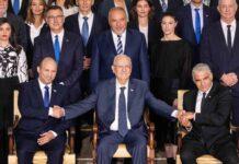 Der neue israelische Ministerpräsident Naftali Bennett (L, vordere Reihe), der israelische Präsident Reuven Rivlin (M, vordere Reihe) und der stellvertretende Ministerpräsident und Aussenminister Yair Lapid (R, vordere Reihe) posieren für ein Gruppenfoto mit den neuen Regierungsministern in der Residenz des Präsidenten in Jerusalem, 14. Juni 2021. Foto IMAGO / Xinhua