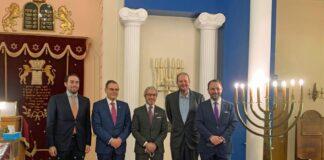 Botschafter Mohamed Abushahab in der Mitte. Der belgische Parlamentarier Michael Freilich ganz rechts. Foto zVg