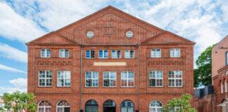 Gemeinsam mit dem Beauftragten für jüdisches Leben in Schleswig-Holstein, Peter Harry Carstensen, besuchte Kulturministerin Karin Prien am 23. Juli 2020 die Carlebach Synagoge in Lübeck, die in fünfjähriger Bauzeit umfassend saniert worden ist. Foto IMAGO / penofoto