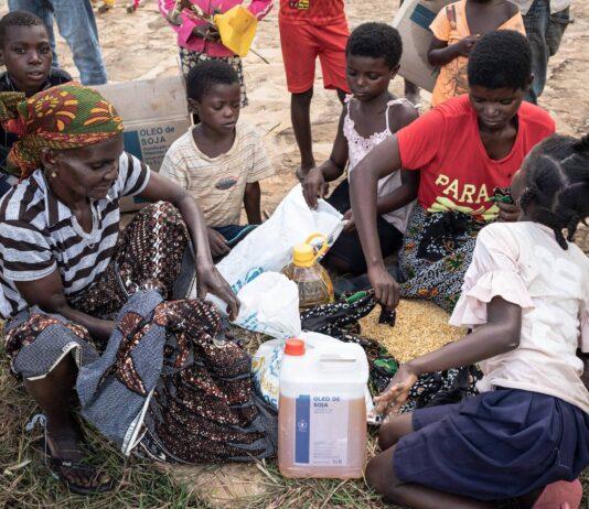 """Nahrungsmittelverteilung durch das World Food Program im Nordosten von Mosambik wo Al-Shabab-Dschihadisten, die seit 2019 dem """"Islamischen Staat"""" angehören, mehr als 2.800 Menschen getötet haben. Foto IMAGO / Le Pictorium"""