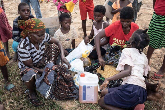 Nahrungsmittelverteilung durch das World Food Program im Nordosten von Mosambik wo Al-Shabab-Dschihadisten, die seit 2019 dem