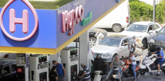Angestellte befüllen in Beirut Autos mit Benzin an einer Tankstelle, inmitten einer schweren Treibstoffknappheit. Die Treibstoffkrise hat im Laufe des Jahres 2021 ein akutes Niveau erreicht, da der wirtschaftliche Zusammenbruch des Landes eine weit verbreitete Knappheit an importierten Waren wie Treibstoff, Medikamenten und Lebensmitteln verursacht hat. 13. Juni 2021, Beirut, Libanon. Foto IMAGO / ZUMA Wire