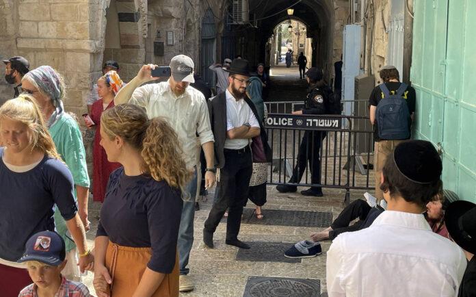 Jüdische Gläubige vor einer Absperrung während des jährlichen Tisha B Av. in Jerusalem am 18. Juli 2021. Foto IMAGO / ZUMA Wire