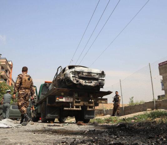Mitglieder der afghanischen Sicherheitskräfte inspizieren ein beschädigtes Fahrzeug in Kabul am 20. Juli 2021. Mehrere Raketen wurden am Dienstag auf den Präsidentenpalast in Kabul abgefeuert, trafen aber das Ziel nicht. Foto IMAGO / Xinhua
