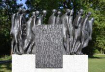 """Eine Prozession ausgemergelter Körper mit gesichtslosen Köpfen - mit dem """"Todesmarsch von Dachau"""" setzte der deutsche Bildhauer Hubertus von Pilgrim den Opfern der Nazi-Diktatur ein bleibendes Denkmal. Foto High Contrast, CC BY 3.0 de, https://commons.wikimedia.org/w/index.php?curid=22496364"""
