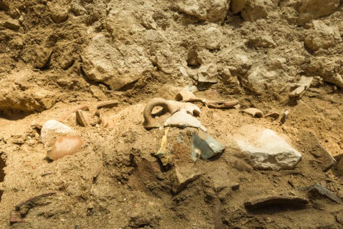 Reste von Werkzeugen, die in der Davidsstadt in Jerusalem in einer Zerstörungsschicht aus dem 8. Jahrhundert v. Chr. entdeckt wurden, die mit einem in der Bibel erwähnten schweren Erdbeben zusammenfiel. Die Werkzeuge wurden wahrscheinlich während des Bebens zertrümmert. Foto Eliyahu Yanai / City of Davids