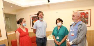 Die Geschwister Chaya und Meir Schijveschuurder und das medizinische Personal, welches sie vor 20 Jahren behandelt hat. Foto Jared Bernstein via TPS.