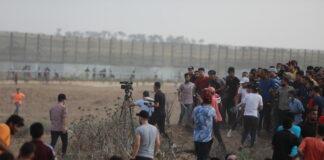 Palästinenser werfen Steine und Molotowcocktails auf IDF-Soldaten während einer gewalttätigen Demonstration an der Grenze zwischen Israel und Gaza am 21. August 2021. Foto Majdi Fathi/TPS
