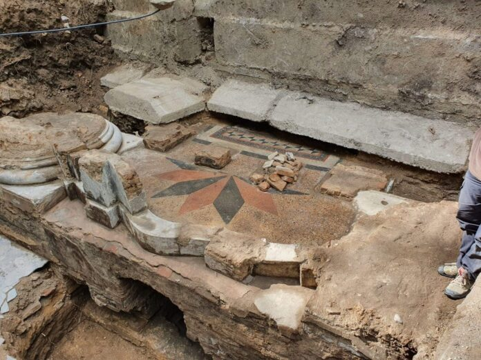 Ausgrabung an der Grossen Synagoge von Vilna. Zu sehen ist der dekorative Terazzo-Boden. Foto Jon Seligman, Israelische Altertumsbehörde