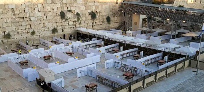 Vorbereitungen an der Klagemauer in Jerusalem für die Wiederaufnahme der Gruppengebete am 15. Oktober 2020. Foto Western Wall Heritage Foundation