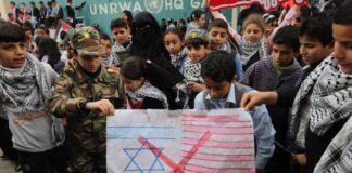 Palästinensische Kinder protestieren am 19. Dezember 2017 vor dem Hauptsitz des Hilfswerk der Vereinten Nationen für Palästina-Flüchtlinge im Nahen Osten (UNRWA) in Gaza. Foto IMAGO / ZUMA Wire