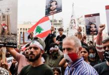 """1. September 2020. Demonstranten tragen Schilder mit dem Slogan: """"Du hast meine Träume getötet"""". Während des Besuchs von Präsident Macron versammelten sich Hunderte von Demonstranten auf dem Platz der Märtyrer, um ihre Ablehnung gegenüber ihren politischen Führern zu bekunden. Foto IMAGO / Hans Lucas"""