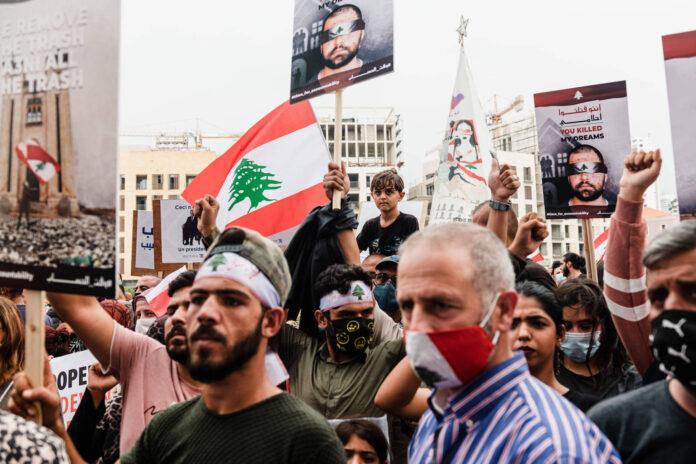 1. September 2020. Demonstranten tragen Schilder mit dem Slogan: