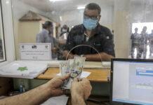 Ein palästinensischer Mann erhält auf dem Postamt in Gaza-Stadt finanzielle Hilfe im Rahmen eines katarischen Hilfsprogramms. Foto IMAGO / ZUMA Wire