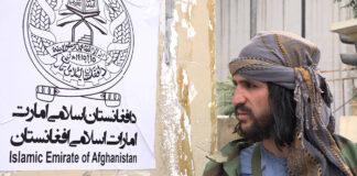 Taliban-Kämpfer steht Wache, bevor der Taliban-Sprecher Zabihullah Mudschahid zu seiner ersten Pressekonferenz in Kabul, Afghanistan, am Dienstag, 17. August 2021, eintrifft. Foto IMAGO / UPI Photo