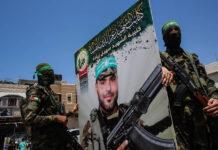 Mitglieder der Al-Qassam-Brigaden der Terrororganisation Hamas nehmen an einer Parade anlässlich der Beerdigung von Osama Deeij teil, der an den Folgen einer Verwundung starb, die er letzte Woche bei Ausschreitungen am Grenzzaun zwischen Israel und Gaza erlitten hatte. 25.08.2021. Foto IMAGO / ZUMA Wire