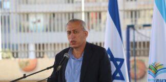 Prof. Nachman Ash bei einem Besuch in der Ben-Gurion-Schule in Givat-Shmuel. Foto Eitan Elhadez-Barak/TPS