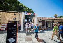 Google-Logo auf dem DLD Tel Aviv Innovation Festival, Israels grösster jährlicher Startup-Veranstaltung, am Jaffa-Bahnhof in Tel Aviv Jaffa. DLD (Digital Life Design) ist eine globale Organisation mit Sitz in Tel Aviv. Foto Kobi Richter/TPS
