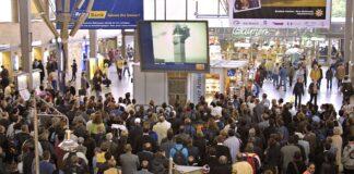 Münchner verfolgen auf einem Bildschirm am Hauptbahnhof eine Fernsehübertragung der Terroranschläge vom 11. September 2001 n New York. Foto IMAGO / HRSchulz